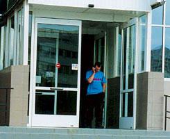 Двойные распашные автоматические двери с приводами Tormax TDA и распашная дверь-автомат компании Албитек